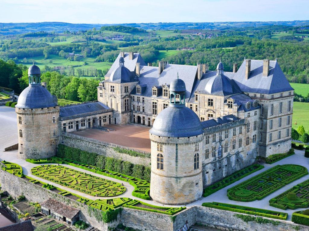 Vue du château de Hautefort en Dordogne